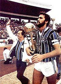 Zagueiro Hugo de León com a Taça do Mundial de 1983 2e12341d8996f